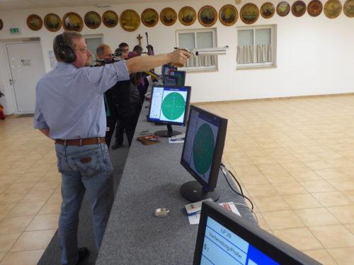 Pistolenschütze in voller Konzentration auf den neuen elektronischen Schießständen